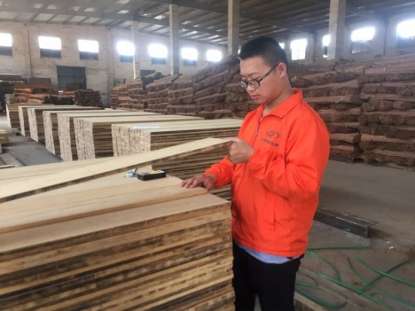 Check The Floor Raw Material In Factory